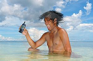 usando-un-tel-eacutefono-celular-en-un-mar-tropical-thumb944841